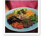 Turkosfärgad tallrik med näringsrik, färgglad mat på.