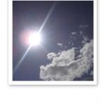 Blå himmel, sol och vita moln, en känsla av friskt syre.