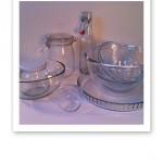 Glasskålar, burkar och flaskor i olika storlekar och former.
