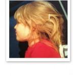 Bild tagen från sidan på en liten flicka.
