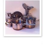 Rostfria föremål; kastruller, durkslag, lådor, mått och köksredskap.