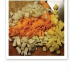 Hackade grönsaker i gula, vita och orange toner.
