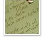 Karin Boyes dikt 'Ja visst gör det ont' handtextad på ljusgrönt papper med olivgrön färg..