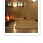 Vy över en yogastudio med femton mattor på golvet, lampor och fönster på väggarna.