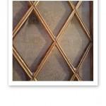 Iskristaller på en spröjsad ruta till en ytterdörr.