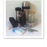 Planering för vardag och resa, med termos, flaska, matlåda och bestick samt servetter.