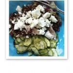 Maträtt bestående av grönsaker och bönor, med smulad vit fårost över.