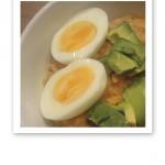 Närbild på två ägghalvor i utkanten på en mattallrik.
