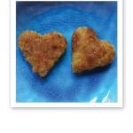Två hjärtformade linsplättar på ett turkosfärgat fat.