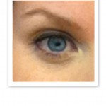Närbild på ett blått öga, svarta ögonfransar och ett brunt ögonbryn.