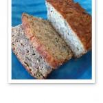 Uppskivat bröd på ett turkosfärgat fat.