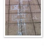 Närbild på en ritad hopp-hage med bakvända siffror.