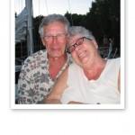 Närbild på mormor och Anders tätt ihop, skrattandes.