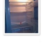Bild på ett tömt och tomt kylskåp.