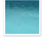 Turkost poolvatten, med regn som ringar på vatten.