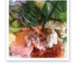 Näbild på en tallrik med läkande kost - grönsaker, lax och råris.