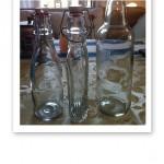 Glasflaskor i olika modeller och storlekar.
