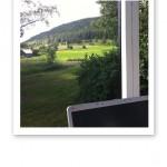 """Utsikt från """"sommarkontoret"""" över berget och grönskan."""