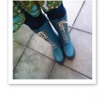 Turkosa stövlar, blå jeans och turkosgrön tunika.