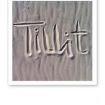 Ordet tillit skrivet i sandstrand.