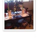 Batteridriven bordsgran med julklappar under.