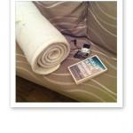 Yogamatta, iPod och pocketbok.