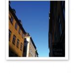 Gamla stan, husfasader och klarblå himmel.