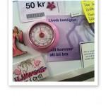 Magneter, lappar och texter uppsatta på kylskåpet hemma.
