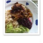 Kålpudding, råris, grönsallad och lingonsylt.