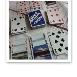 Kortspel med spelkort utspridda på ett bord.