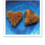 Två mathjärtan gjorda av stekta linser, på en turkos tallrik.