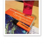 Skolmaterial; överstrykningspenna, Näringsmedicinska Uppslagsboken och vattenflaska.