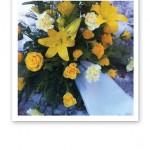 Närbild på en blomsteruppsättning för begravning, med en sista hälsning.