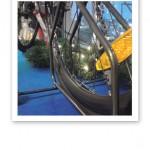 Närbild på en cykel i ett skyltfönster.