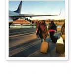 Tjejer med handbagage går strax ombord på planet mot Kroatien.