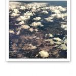 Flygbild över moln och land uppifrån, på väg hem från Kroatien 2013.