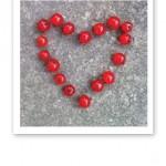 Ett hjärta format av röda vinbär.