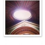 Det vackert målade taket inuti Universitetsaulan, med ljusinsläpp.