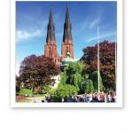 Uppsala domkyrkas två torn, mot en klarblå himmel.