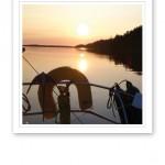 En stilla, vacker solnedgång en sommarkväll till sjöss.