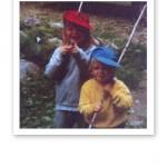 Två små fiskare med fiskespön och glatt humör.