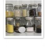Glasburkar med olika gryner, korn, bönor och sädesslag.
