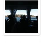 Skärgårdsmiljö sedd genom ett båtfönster.