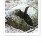 """En tredelad sten som """"hör ihop"""", likt ett pussel."""