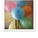 Ballonger med olika färger i ett knippe.