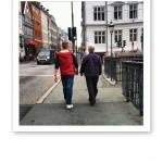 Två som promenerar över en bro i Nyhavn, Köpenhamn.