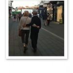 Ett par som promenerar, och håller om varandra, längs med Ströget.