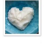 Kokosfett, format som ett hjärta, på ett turkosfärgat fat.