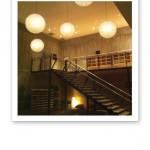Yasuragi inredning, taklampor och trappa.