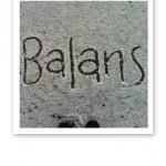 """Ordet """"balans"""" skrivet i snö."""